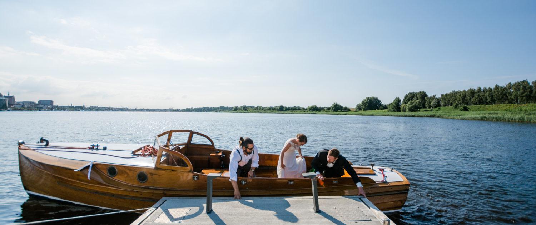 Hochzeits Boot am Steg des Hotel Warnow