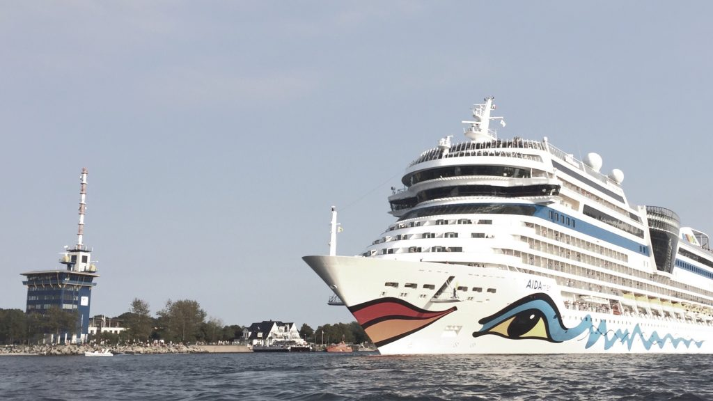 Kreuzfahrschiff in Warnemünde