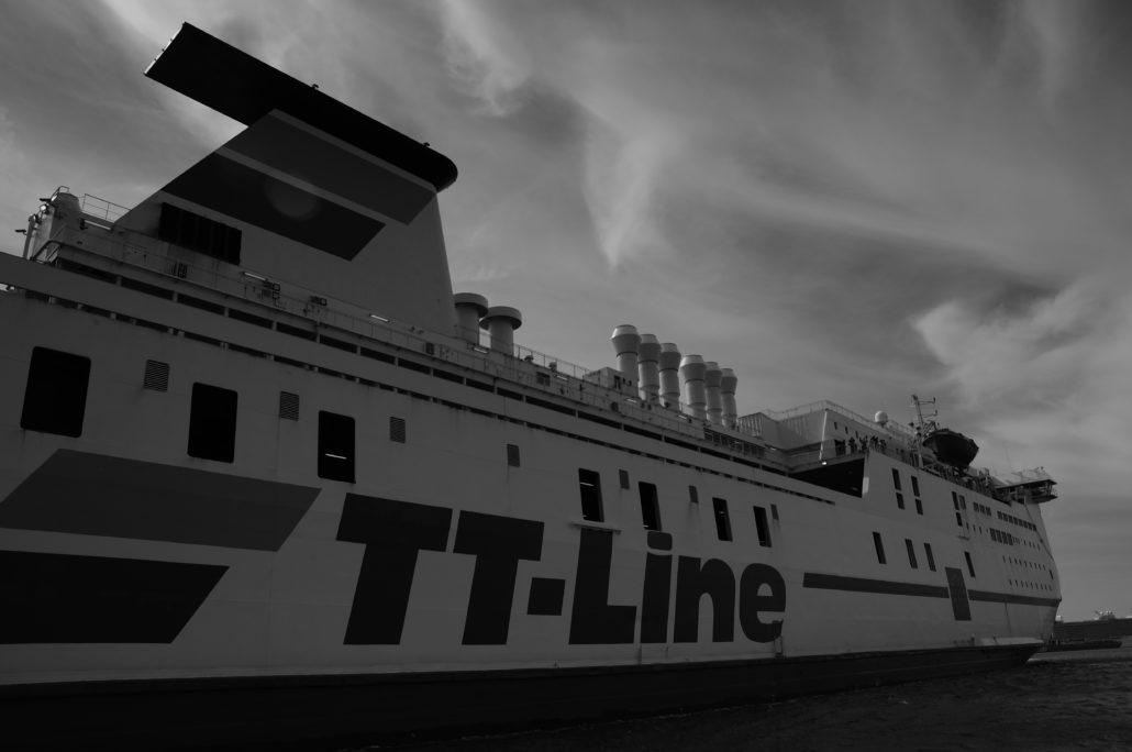Fähre im Überseehafen