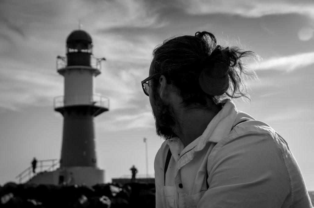 Skipper vor Leuchtturm | Warnemünde